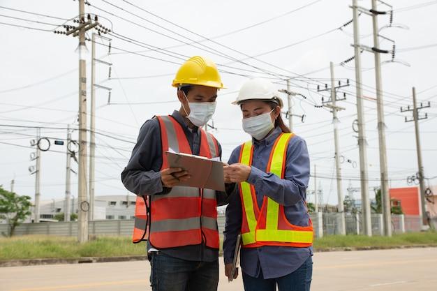 Ingegnere del lavoro di squadra che lavora all'aperto servizio in loco, team di ingegneri elettrici