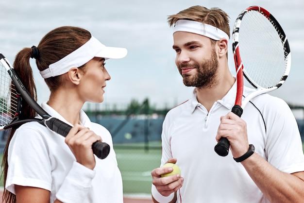 Il lavoro di squadra fa funzionare il sogno due tennisti in campo si sorridono a vicenda