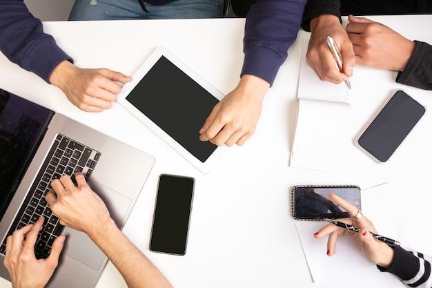 Riunione di lavoro di squadra su un tavolo, con le mani, vista dall'alto