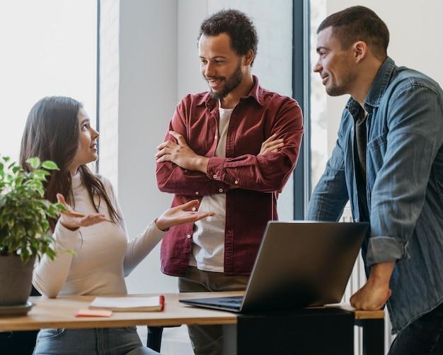 Riunione di lavoro di squadra con uomini d'affari