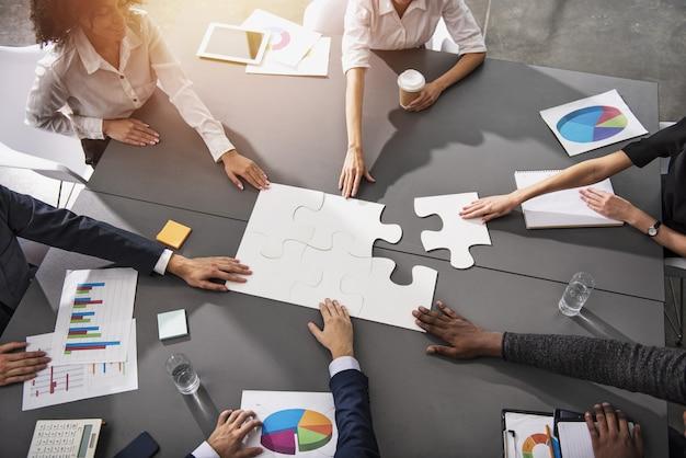 Lavoro di squadra dei partner. concetto di integrazione e avvio con pezzi del puzzle
