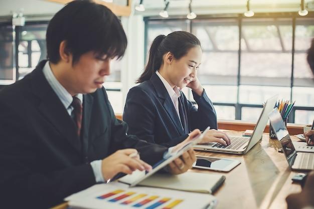 Processo di lavoro di squadra, gente di affari che lavora nell'ufficio che discute i documenti e idee alla riunione