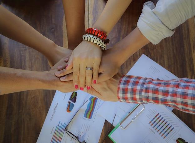 Lavoro di squadra, squadra collega le mani concetto di solidarietà