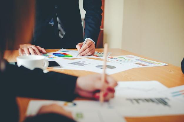 Team di lavoro di squadra fare affari come gruppo riunioni aziendali unità nel lavoro in ufficio