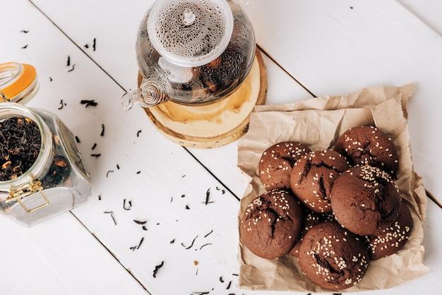 Teiera con tè nero e biscotti al cioccolato fatti in casa