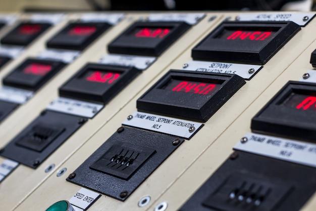 Display tecnico sul pannello di controllo con cabinet di dispositivi elettrici, luce