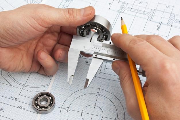 Disegno tecnico e strumenti in mano