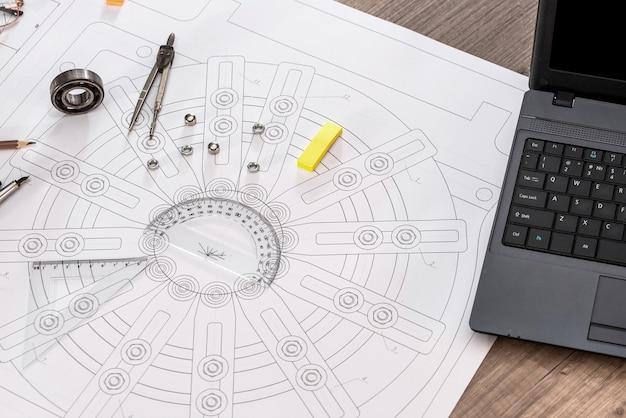 Disegno tecnico con laptop e strumenti di disegno