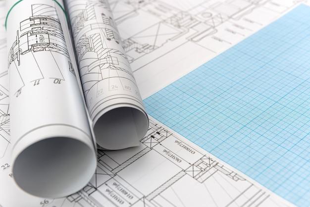 Disegno tecnico con carta millimetrata e strumenti da disegno