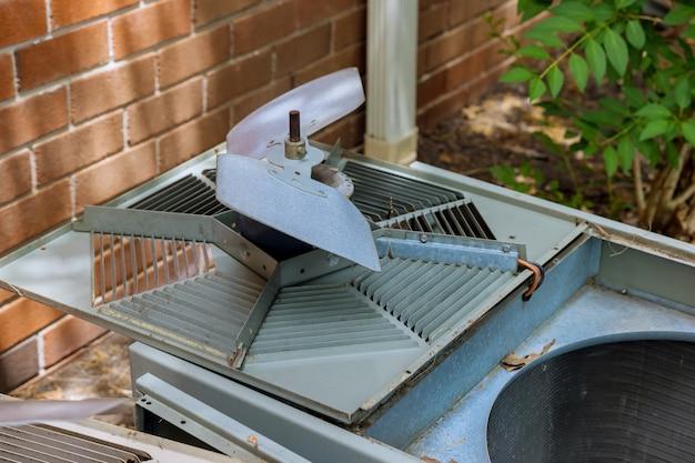 Servizio tecnico a domicilio con alette di raffreddamento del condensatore del condizionatore sporche ostruite