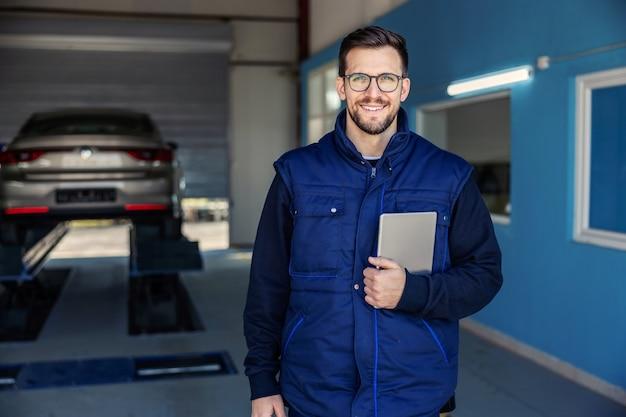 Ispezione tecnica di auto e tablet