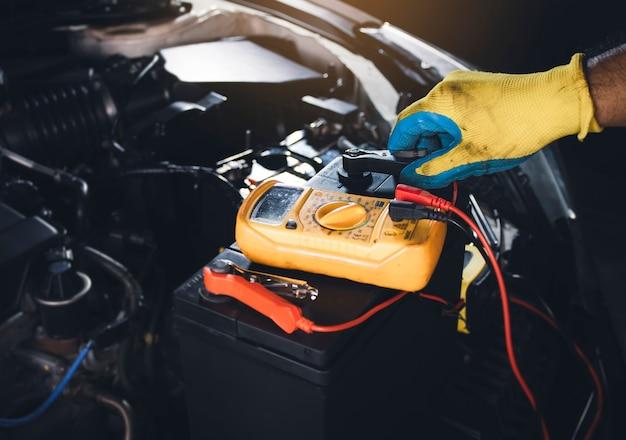 Cavo jumper di bloccaggio tecnico per il controllo della tensione della batteria dell'auto con multimetro digitale