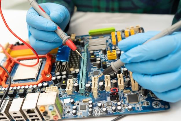 Tecnico che ripara l'interno del disco rigido mediante saldatore.