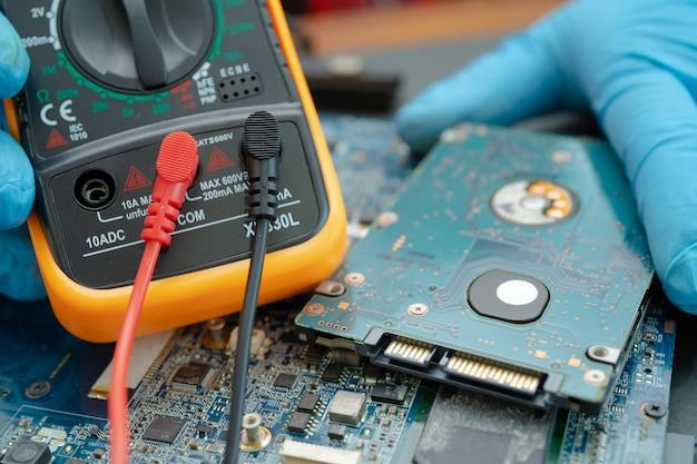 Tecnico che ripara all'interno del disco rigido mediante saldatore