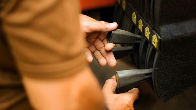 La mano del tecnico sta controllando la gru di sollevamento sulla macchina.