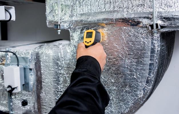 Il tecnico utilizza la termocamera ad infrarossi per controllare la temperatura nella scatola dei fusibili