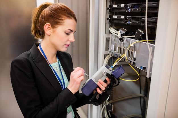 Tecnico che utilizza l'analizzatore digitale via cavo