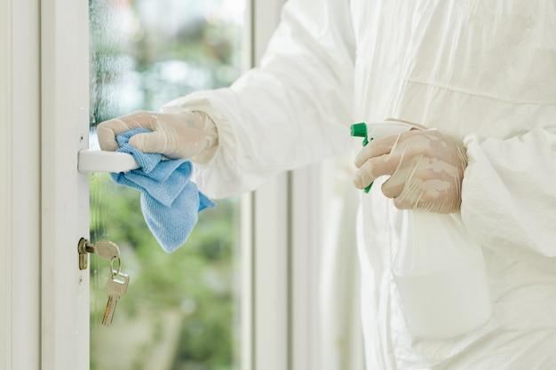 Tecnico che pulisce la maniglia della porta