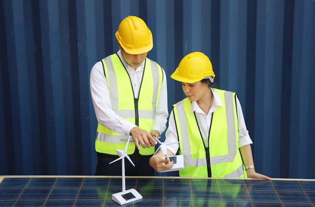 I tecnici installano pannelli celle solari per produrre e distribuire energia elettrica. concetto di tecnologia energetica