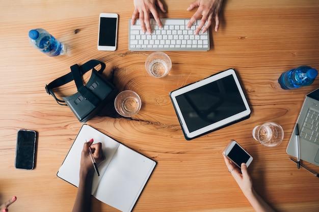 Strumenti di lavoro tecnologico sul tavolo in co ufficio di lavoro