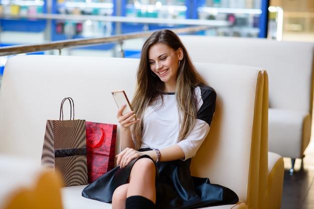 Le tecnologie rendono lo shopping più facile per la bella giovane donna