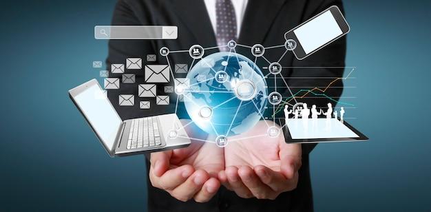 Affari di tecnologia nelle mani dell'uomo