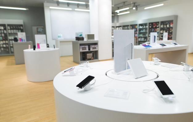 Negozio di tecnologia con interni moderni e leggeri.