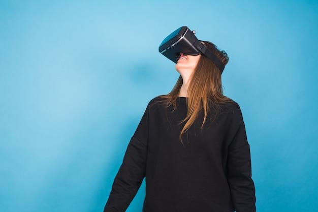 Tecnologia, realtà virtuale, intrattenimento e concetto di persone - giovane donna felice con cuffie da realtà virtuale o occhiali 3d.