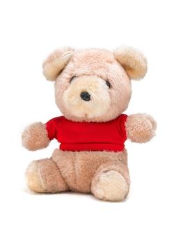 Bambola dell'orsacchiotto con la camicia rossa su un bianco