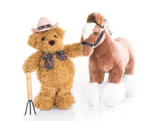 Coltivatore di orsacchiotto con forcone e cavallo