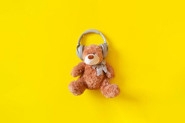 L'orsacchiotto in cuffia ascolta la radio di musica audio