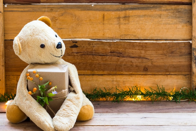 Orsacchiotto in possesso di scatola regalo decorazione stile cartolina