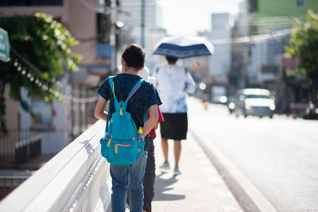 Ragazzi adolescenti che camminano sulla strada