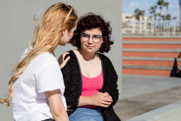 Adolescente amico confortante, problema sociale di salute mentale giovanile