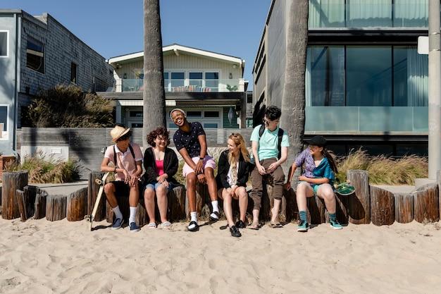 Amici adolescenti che si godono l'estate a venice beach, los angeles