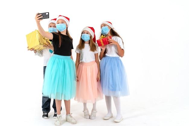Amici adolescenti che sorridono mentre prendono selfie