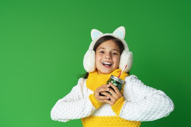 Teen girl holding bicchiere da cocktail con una cannuccia