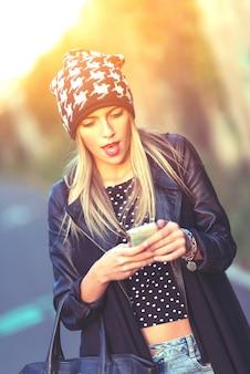 Teen con il suo smartphone