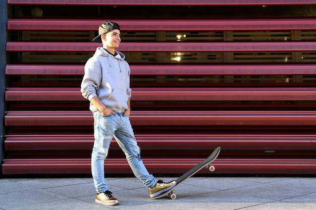 Teenager con uno skateboard