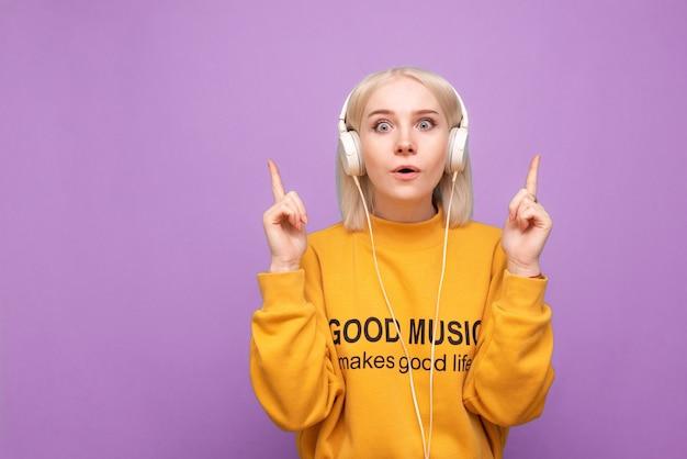 La donna teenager gode della musica isolata