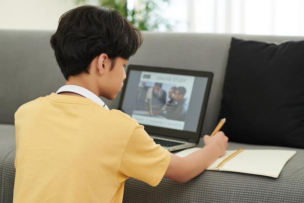 Adolescente che frequenta la lezione online