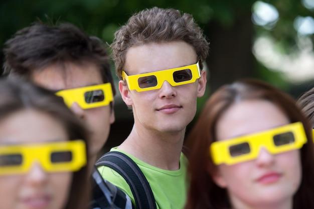 Adolescente e suoi amici con gli occhiali 3d
