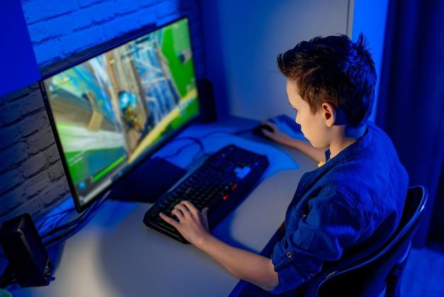 L'adolescente gioca ai videogiochi. dipendente dai videogiochi a casa