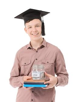 Ragazzo adolescente con risparmi per l'istruzione su sfondo bianco