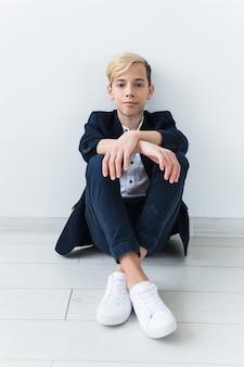 Concetto di pubertà e depressione adolescenziale - ritratto di adolescente triste si chiuda su superficie bianca.