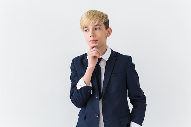 Concetto di pubertà e depressione adolescenziale - ritratto di adolescente triste vicino sul muro bianco.