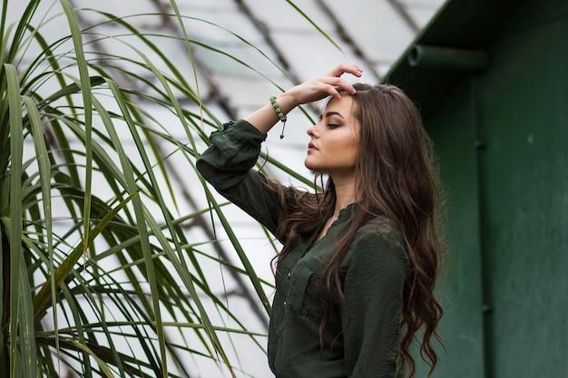 Adolescente vestito in abito verde in posa all'aperto