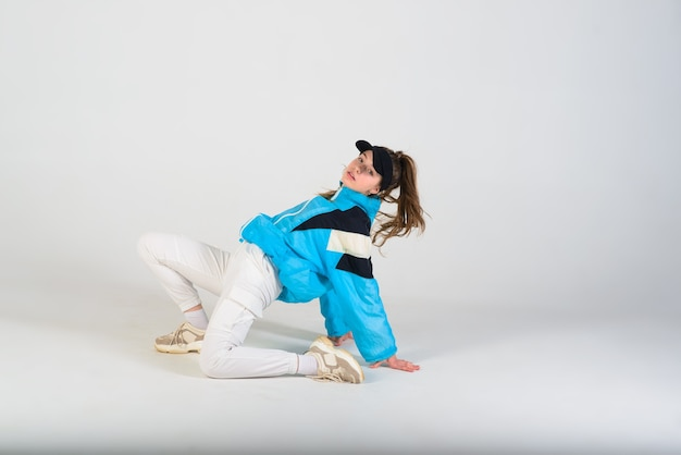 Adolescente femminile che balla hip-hop in studio, abbigliamento casual