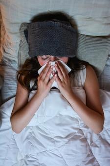 L'adolescente è molto fredda e febbrile.