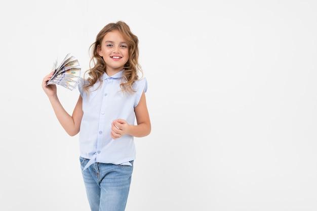 L'adolescente ha ricevuto un premio in denaro su un bianco con spazio di copia